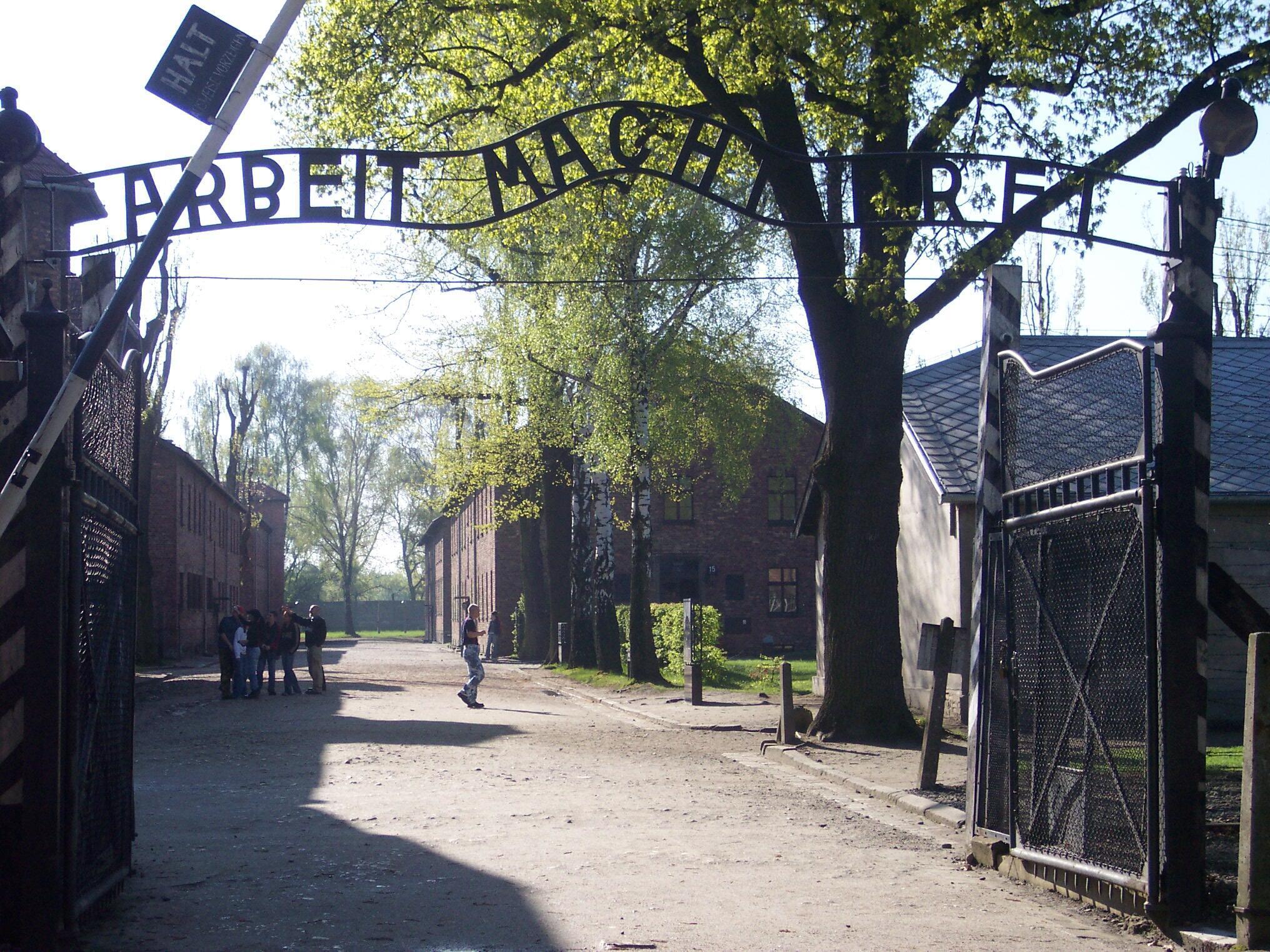L'entrée d'un camp de concentration nazi.