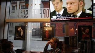 Pessoas conversam num pub de Oslo enquanto a tevê anuncia o veredicto de Anders Breivik, em 24 de agosto de 2012.