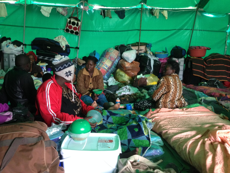 Des déplacés dans le camp d'Isipingo, dans le sud de Durban, le 15 avril 2015.
