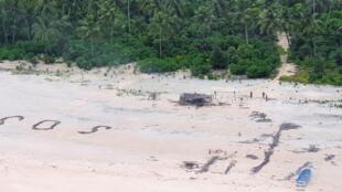 Le dimanche 2 août, la marine australienne a repéré un grand SOS dessiné sur la plage, dans le minuscule atoll de Pikelot en Micronésie. Il avait été tracé par trois pêcheurs, qui depuis trois jours étaient échoués sur cet îlot inhabité.