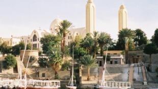La cathédrale copte d'Assouan vue du Nil, en Egypte.