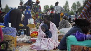 Une femme porte un enfant sur ses genoux dans un camp de fortune à la frontière de Nimule, à Amuru Distric en Ouganda, le 16 Juillet 2016 (photo d'illustration).