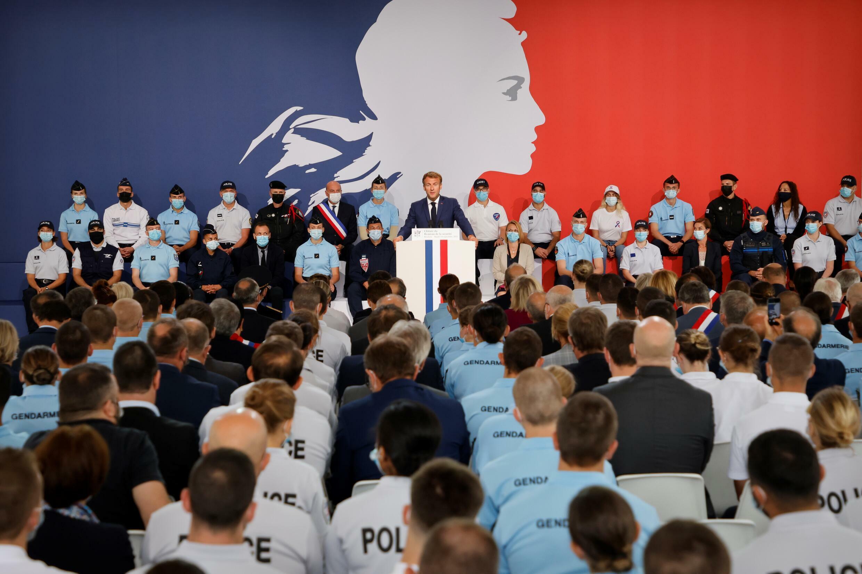 El presidente francés, Emmanuel Macron, pronuncia un discurso durante su visita a la academia de policía de Roubaix, en el norte de Francia, el 14 de septiembre de 2021