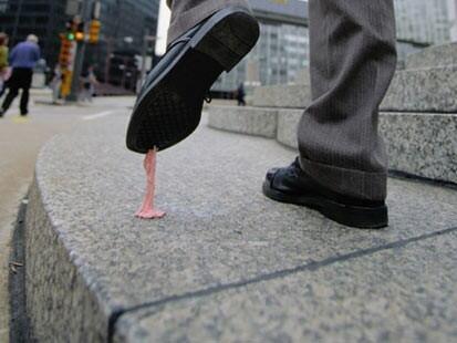 Chicletes são um verdadeiro problema para a limpeza urbana.