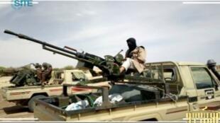Copie d'écran d'une vidéo publiée sur un forum islamiste, montrant des éléments d'Aqmi, dans le nord du Mali.