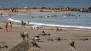 Des touristes profitent de la Playa de Las Americas à Tenerife, aux Canaries, le 28 juillet 2020.