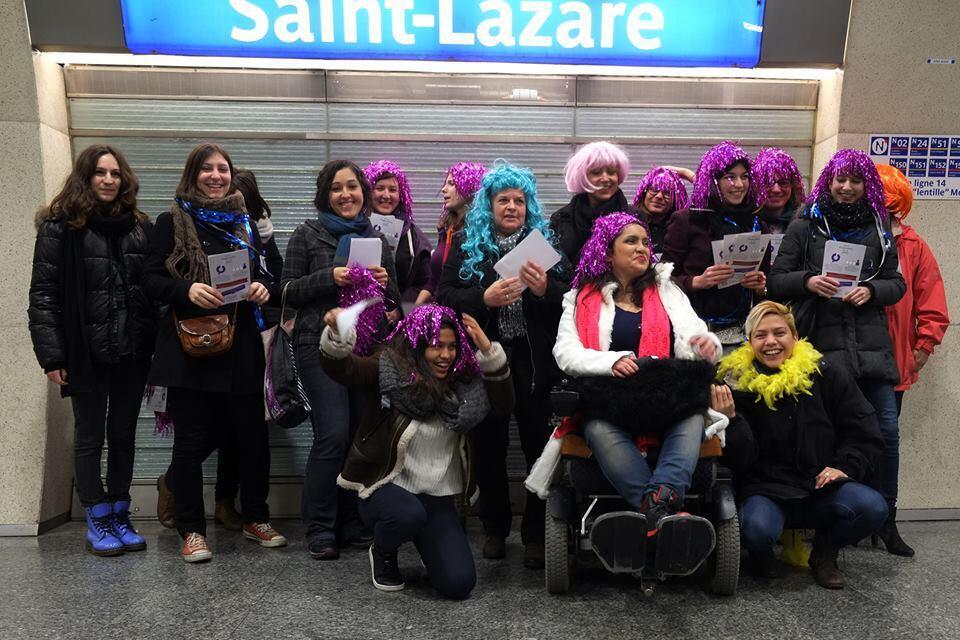 Distribuição de panfletos nas estações de trem da capital francesa por membros do movimento #TakeBackTheMetro.
