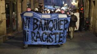 Des manifestants brandissent une bannière «ni banquier ni raciste» lors d'un rassemblement à Nantes, le 23 avril, après l'annonce des résultats du premier tour.