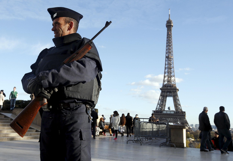 После терактов 13 ноября во Франции сохраняется чрезвычайное положение