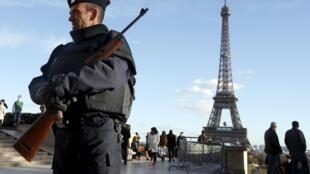 A French police officer patrols Paris's Trocadéro area on 22 November, 2015