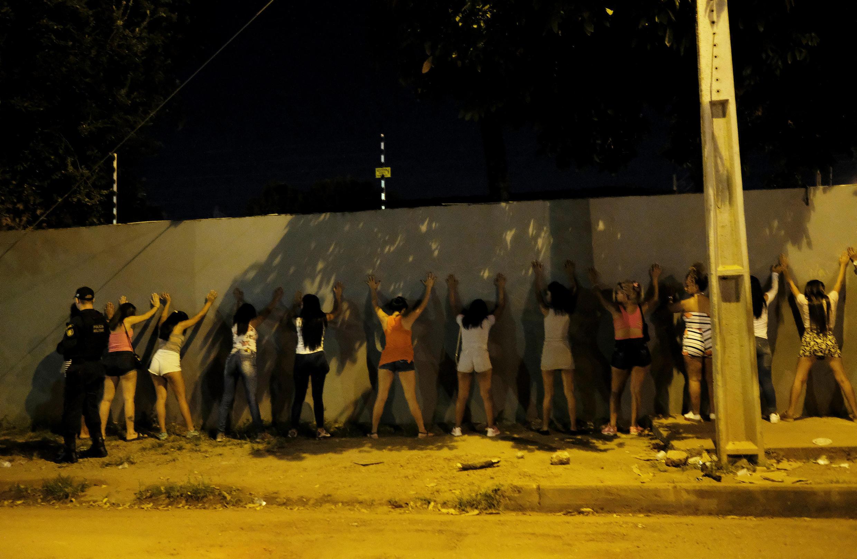 Etat du Roraima, Brésil: des femmes migrantes vénézuéliennes sont fouillées par la police à Boa Vista, le 23 août 2018.