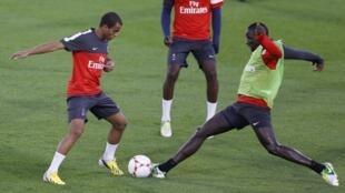 Lucas Moura (e) realiza seu primeiro treino com a camisa do Paris Saint-Germain, no primeiro dia do ano em Doha, no Catar.
