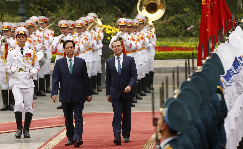 Thủ tướng Nguyễn Tấn Dũng đón đồng nhiệm Nga  Dmitry Medvedev (P) tại Hà Nội. Ảnh ngày 06/04/2015.