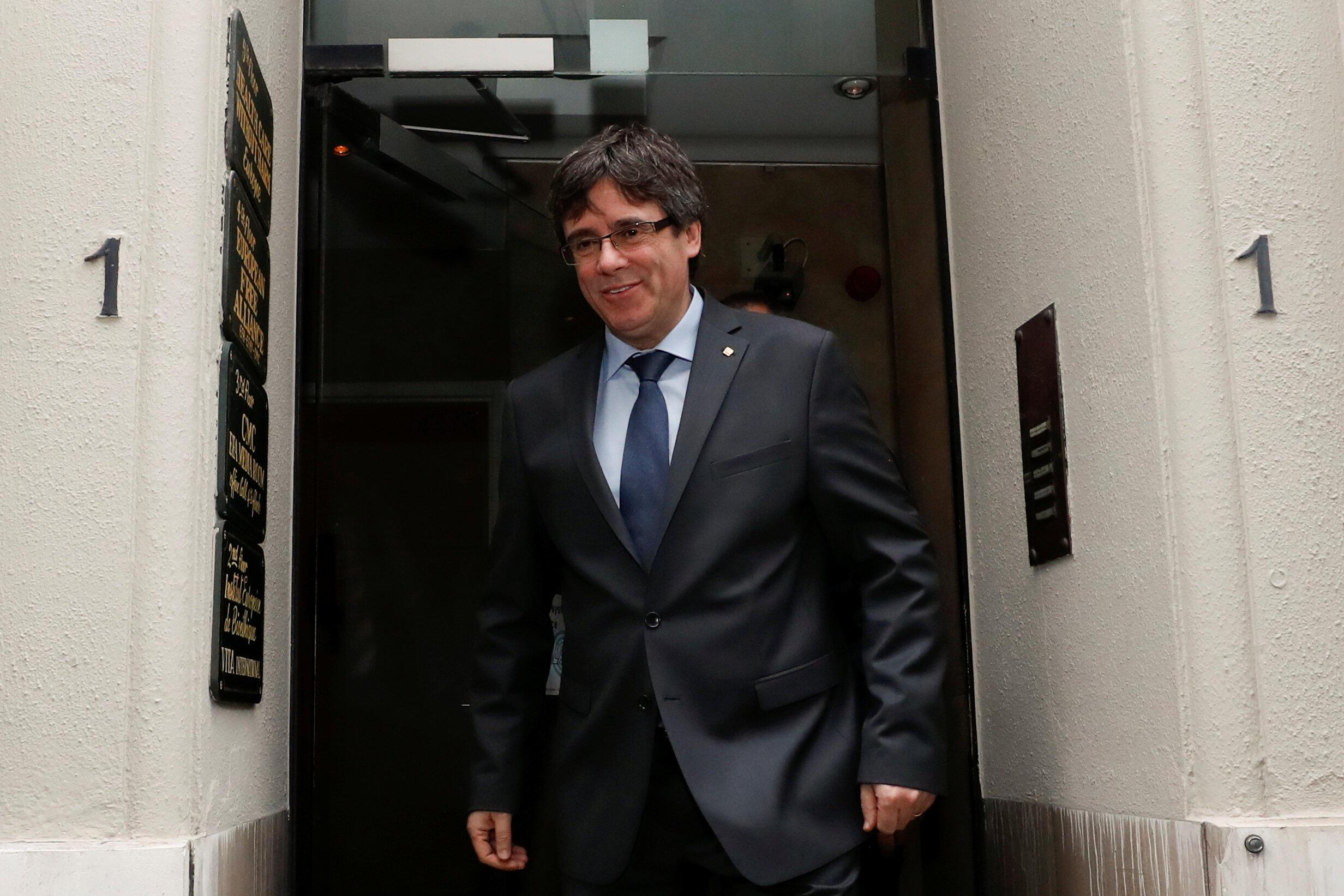 El expresidente, destituido Carles Puigdemont sale de una reunión con el presidente del Parlamento regional catalán, Roger Torrent, en Bruselas, Bélgica, el 24 de enero de 2018.