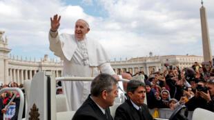 Papa Francisco na Praça de S. Pedro em a 27 de março, antes de ir visitar este fim-e-semana, Marrocos