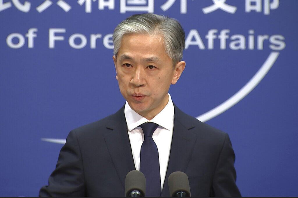 O porta-voz do Ministério dos Negócios Estrangeiros da China, Wang Bin, durante a conferência  de  imprensa em que anunciou o reconhecimento da  vitória  eleitoral  do democrata Joe  Biden. Pequim. 13 de Novembro de 2020