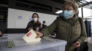 Una chilena vota en Santiago el 15 de mayo de 2021 para elegir quienes redactarán una nueva Constitución para reemplazar la vigente, que data de la dictadura de Augusto Pinochet