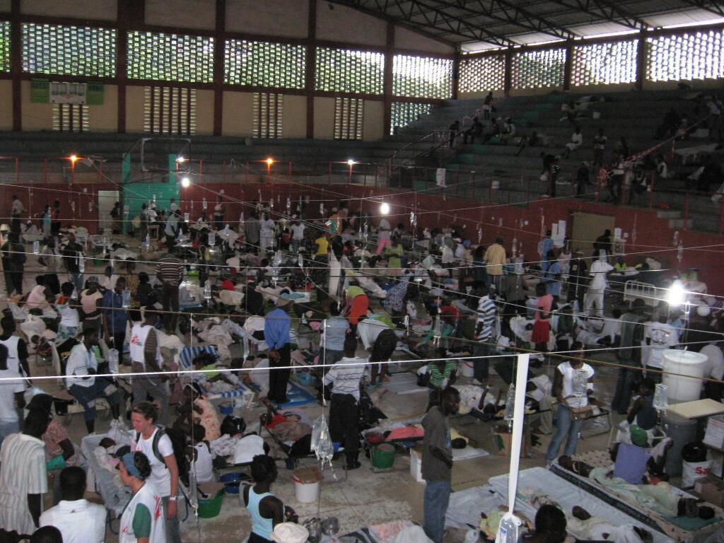 Le gymnase du Cap Haitien reconverti en centre de traitement du choléra.