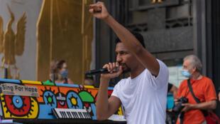 """Le musicien Jon Batiste s'adresse à la foule, pendant un concert """"We Are"""", à New York, le 19 juin 2020."""