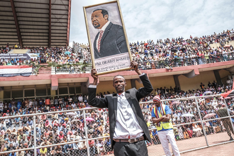 Un hombre, con un retrato del primer ministro etíope Abiy Ahmed, en un estadio de Jimma, el 16 de junio de 2021 durante un mitin electoral