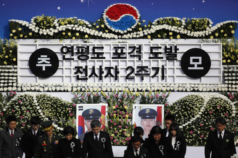 Gia đình các quân nhân bị giết hại trong vụ Bắc Triều Tiên tấn công vào đảo Yeonpyeong của Hàn Quốc năm 2010 mặc niệm tại Seoul ngày 23/11/2012.