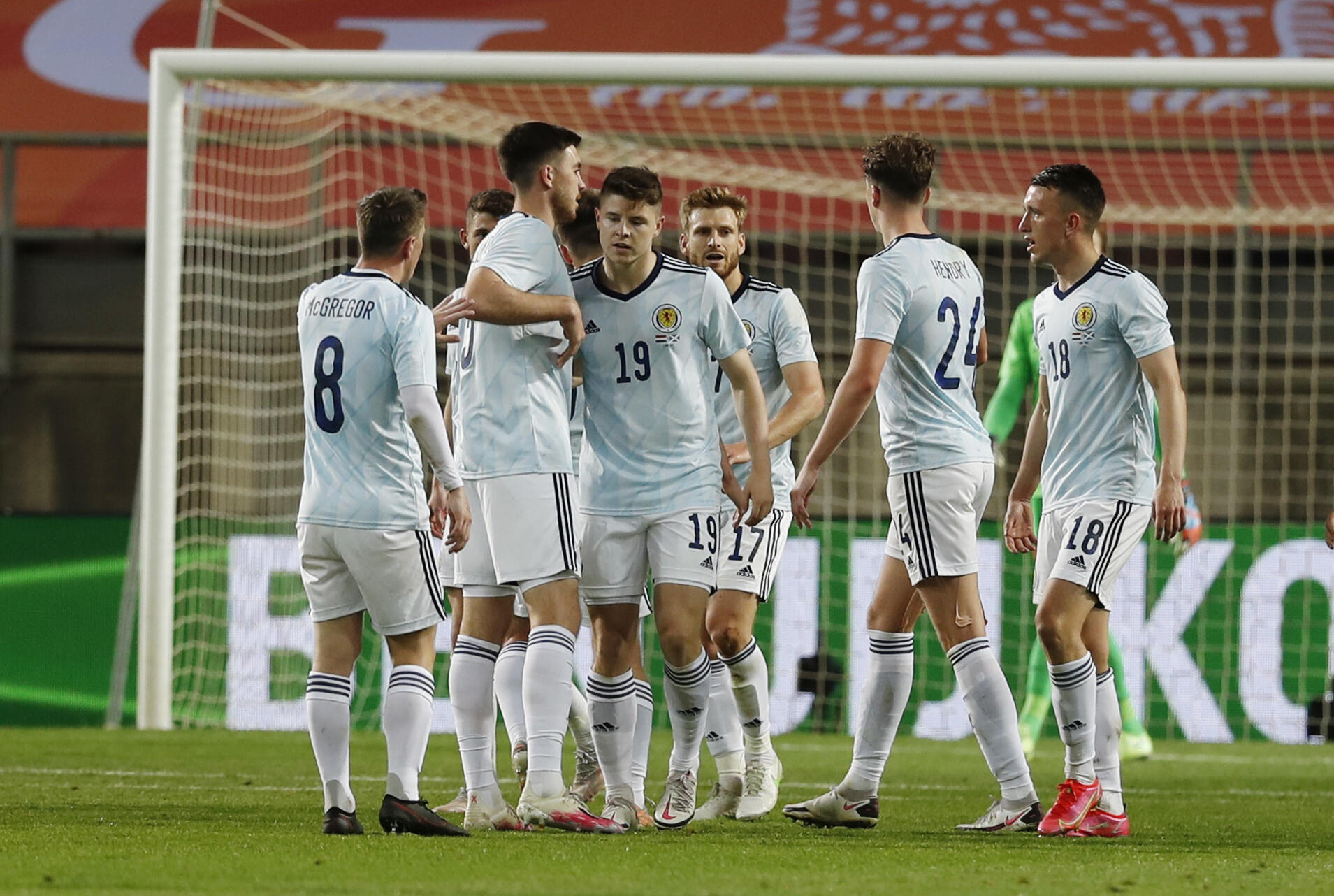 Ο Κέβιν Νίσμπετ και οι συμπαίκτες του από τη Σκωτία, αφού σημείωσαν το δεύτερο γκολ στην Ολλανδία στις 2 Ιουνίου 2021.