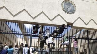 Des manifestants tentent d'escalader la grille de l'ambassade des Etats-Unis, à Sanaa, le 13 septembre 2012.