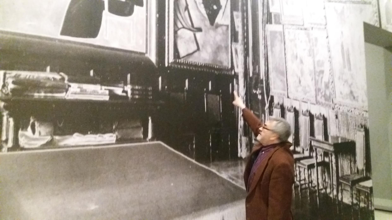 Андре-Марк Делок-Фурко показывает фрагмент фотографии из московского особняка Щукина с неизвестным портретом женщины