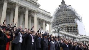 Une centaine d'employés du Congrès sont sortis pour prier sur les marches du Capitole, le 11 décembre 2014.