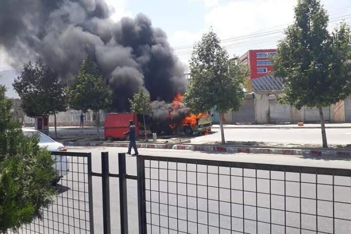 """مینیبوس کارمندان کمیسیون اصلاحات اداری که روز دوشنبه ۱۳ جوزا/ ۳ ژوئن در جاده """"دارالامان"""" شهر کابل، هدف یک بمب مغناطیسی قرار گرفت."""