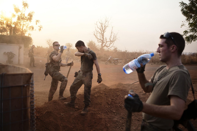 Des soldats français aux alentours de l'aéroport de Bamako, le 23 janvier dernier.
