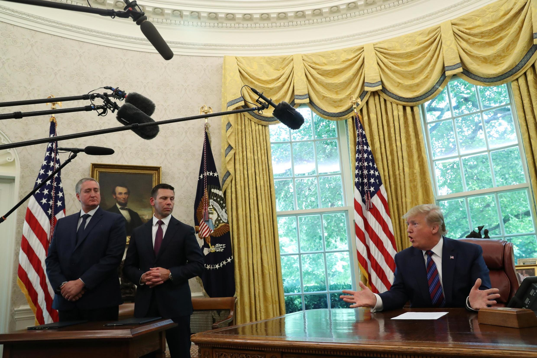 Le président américaine Donald Trump parle aux médias dans le Bureau oval, aux côtés des secrétaire gatémaltèque et américain de l'Intérieur, le 26 juillet 2019.