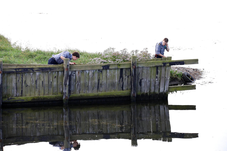 Сотрудники Датского агентства по чрезвычайным ситуациям ищут фрагменты тела Ким Валль, 23 августа 2017 года.