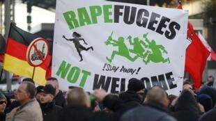 «Беженцам-насильникам здесь не рады», — акция протеста в Кельне в ответ на массовые нападения на женщин в новогоднюю ночь, 9 января 2016.