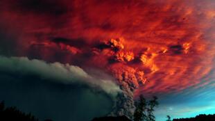 O vulcão chileno Puyehue, que voltou a emitir cinzas nesta terça-feira, numa foto de junho de 2011.