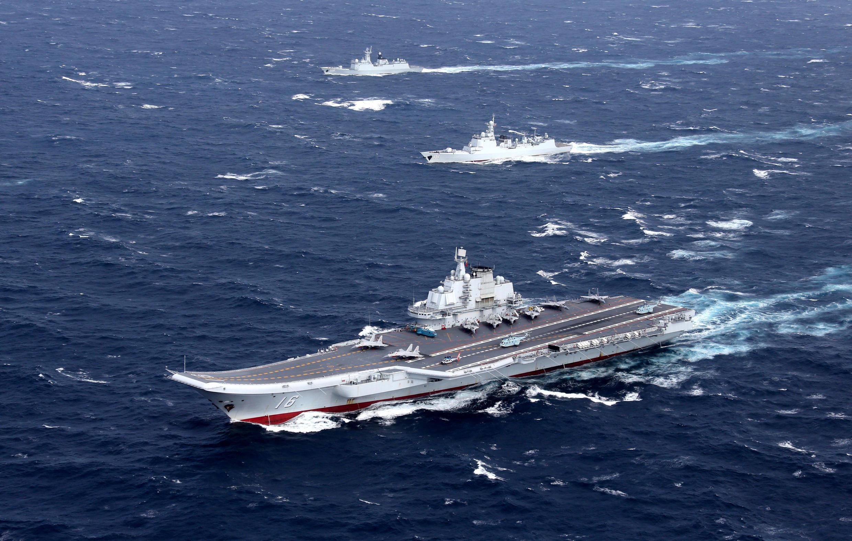 Tàu sân bay Trung Quốc Liêu Ninh và đoàn tàu hộ tống tập trận ở Biển Đông. Ảnh tư liệu tháng 12/2016.
