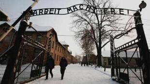 Надпись над воротами Освенцима, замененная после кражи оригинала. 18 декабря 2009.