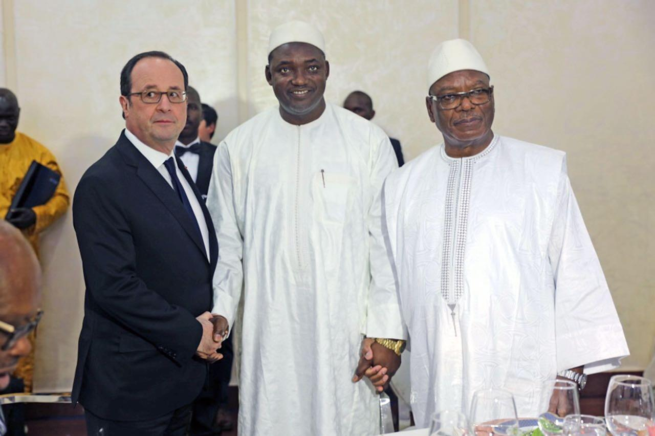 Gambia's president-elect Adama Barrow  (C) meets French President François Hollande (L) and Mali's Ibrahim Boubacar Keïta (R) in Bamako