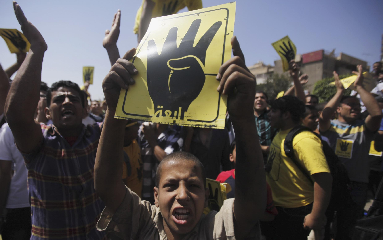 Des manifestants pro-Morsi scandent des slogans hostiles au général Sissi et au régime militaire, au Caire, le 13 septembre 2013.