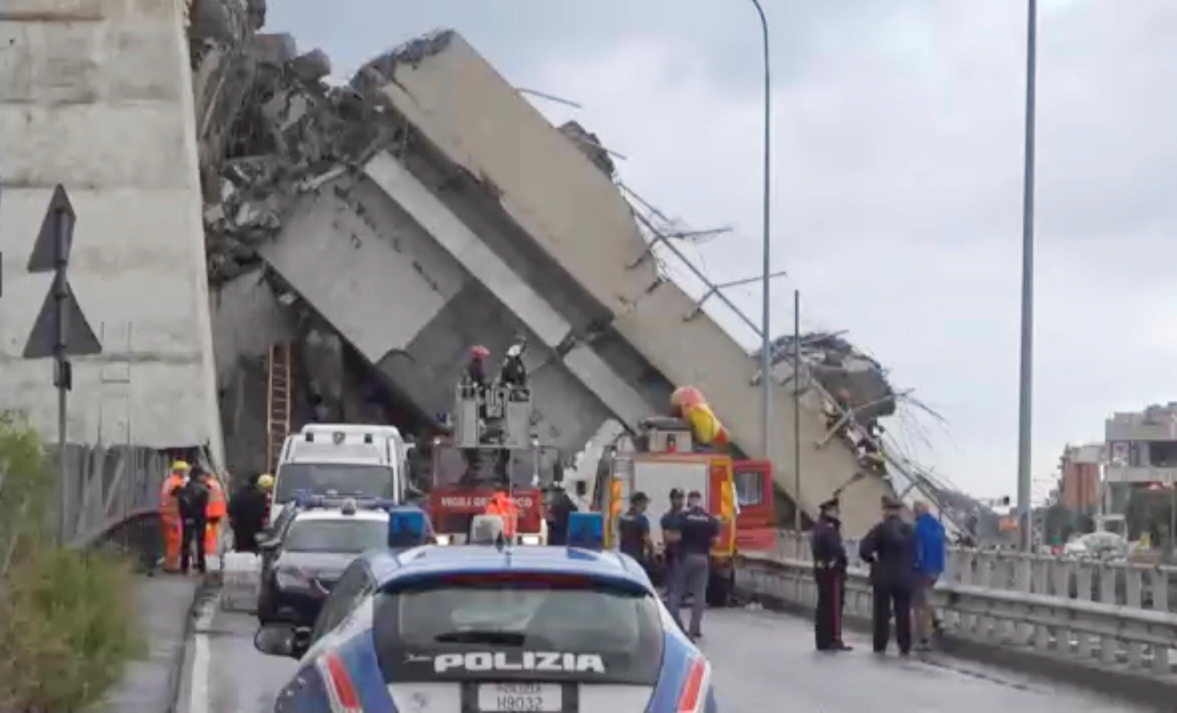 Vista parcial de um tercho da Ponte Morandi que caiu fazendo muitas vítimas em Gênova.