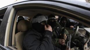 Em Saqba, na periferia de Damasco, desertores do regime protegem funeral de um opositor morto na última sexta-feira, 27 de janeiro.