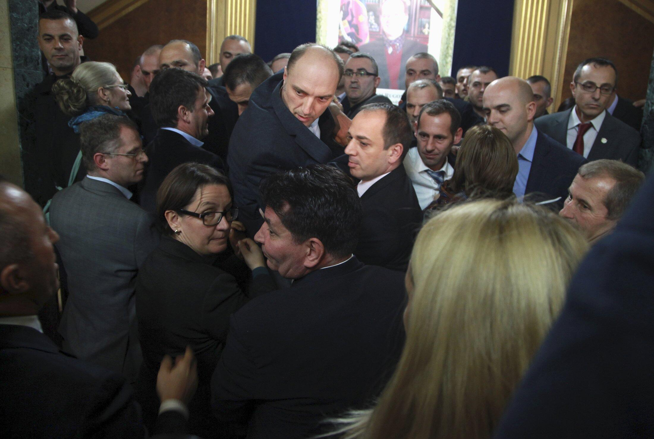 Des tirs de gaz lacrymogènes ont eu lieu au sein du Parlement au Kosovo, le 30 novembre 2015.