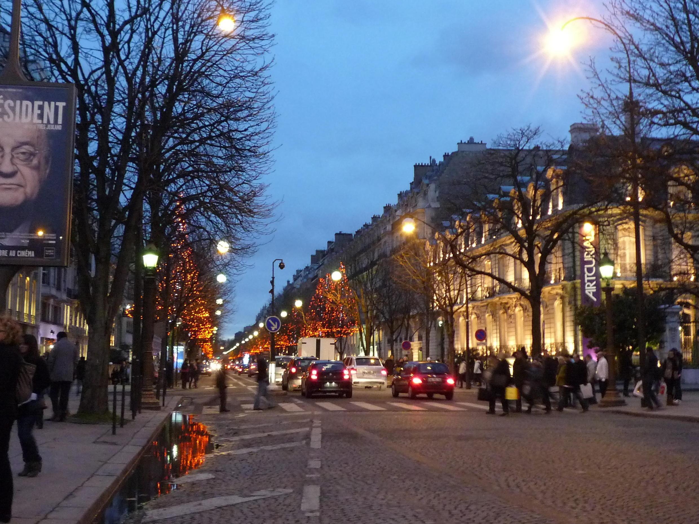 Đại lộ Montaigne sát cạnh Champs Elysées