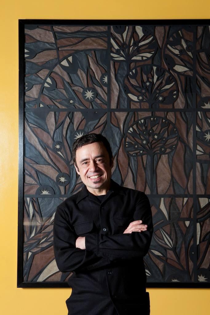 O arquiteto, designer e artista gráfico chileno Enrique Rodríguez.