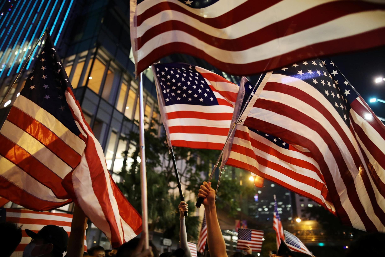 香港数万民众14日挥动美国国旗呼吁美国国会通过『香港民主与人权法案』