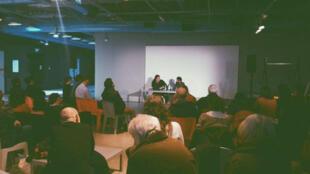 Lionel Maurel au micro de Ziad Maalouf, lors de la rencontre organisée au Centre Pompidou à Paris.