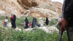Femmes et enfants fuyant le village de Baghouz, dans la province de Deir Ezzor, en Syrie, le 14 mars 2019.