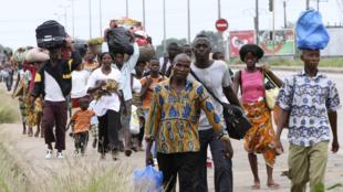 Des résidents fuient le quartier d'Abobo, à Abidjan, le 27 février 2011.