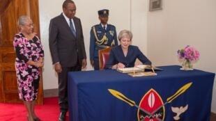 Rais wa Kenya Uhuru Kenyatta akimpokea rasmi Waziri Mkuu wa Uingereza Theresa May katika ikulu ya State House, Nairobi, Kenya.