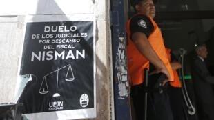 Los trabajadores judiciales en duelo reza la pancarta en las oficinas de la fiscal Viviana Feins, Buenos Aires, 12 de febrero de 2015.
